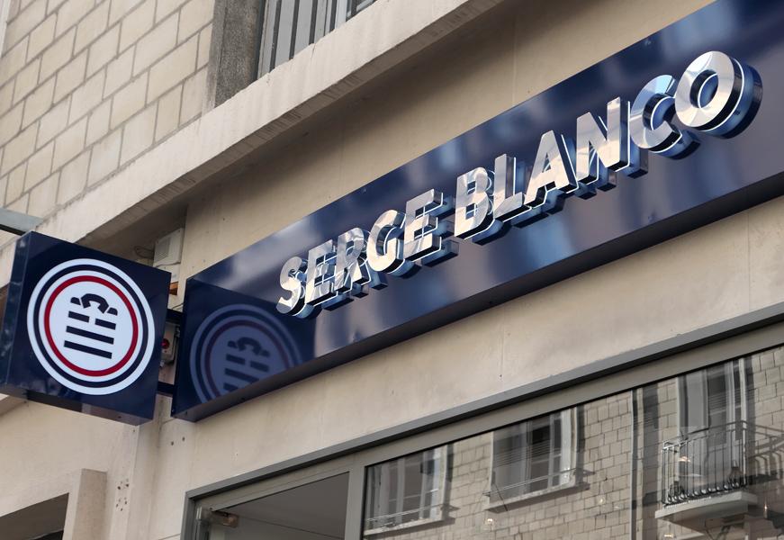 Serge Blanco - lettre inox retro-éclairée + enseigne drapeau lumineuse